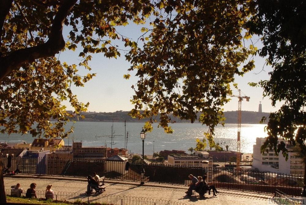 Viewpoint St Catarina Lisbon. Punkt widokowy św. Katarzyny w Lizbonie