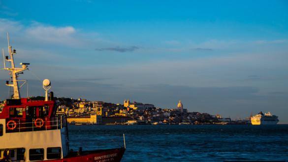 Promy i barki w Lizbonie Komunikacja miejska transport publiczny statki Lizbona
