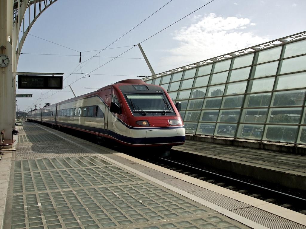 Pociągi w Lizbonie i Portugalii - jakie są rodzaje, aktualne ceny biletów, taryfy, trasy, dworce kolejowe, informacje, rozkład jazdy, jak kupić bilet, polski przewodnik po Lizbonie